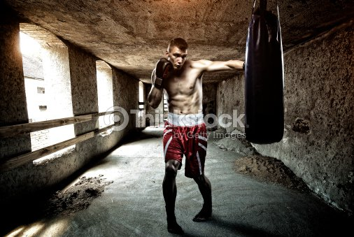 Giovane uomo allenamento boxe in un vecchio edificio foto - Allenamento kick boxing a casa ...