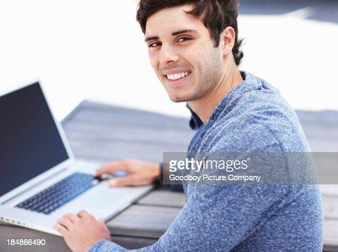 Mann flirtet im internet