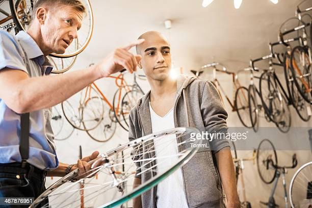 Junger Mann, Kauf von Fahrrad