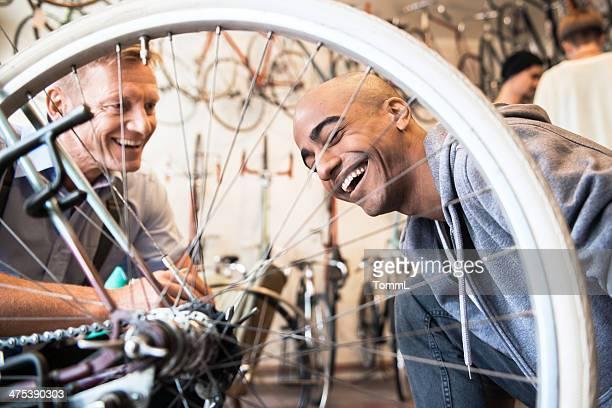 Jeune homme achète vélo