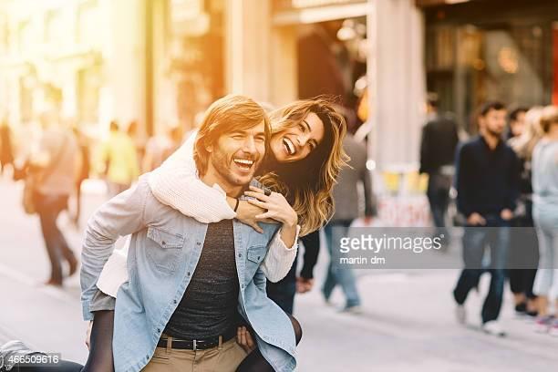 Jeune homme portant sa petite amie à porter sur le dos