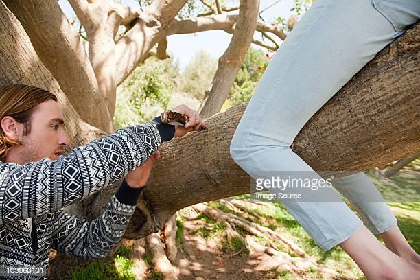 Junger Mann Skulptur Baum, dass Frau sitzt auf