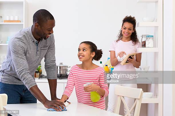 Giovane uomo pulizia cucina