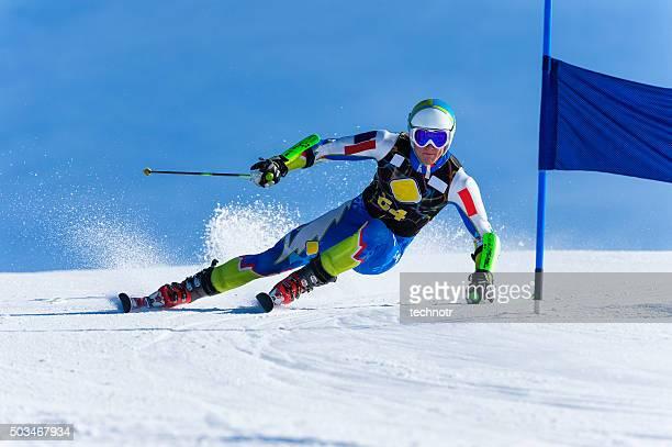 Jeune homme Compeeting de course de Slalom géant