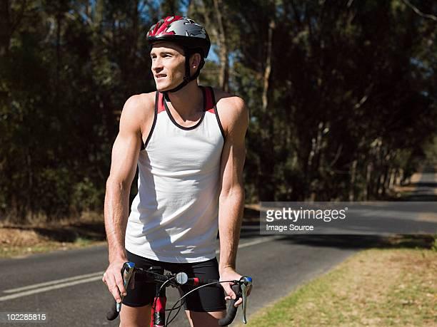 Junger Mann Radfahren auf der Straße