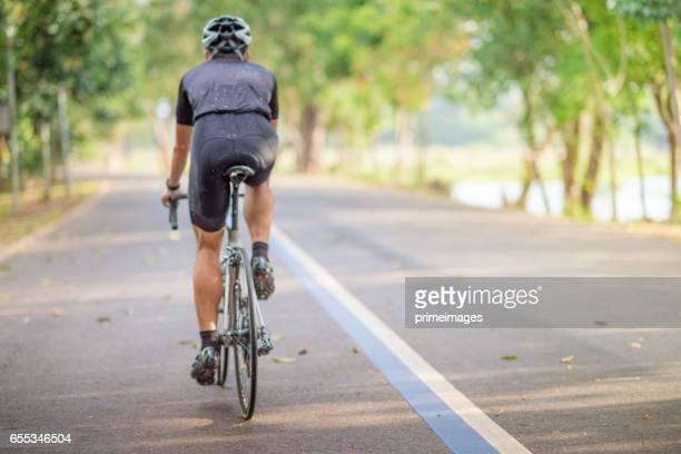 Jonge man wielrenner mountainbike rijden op trail op's ochtends