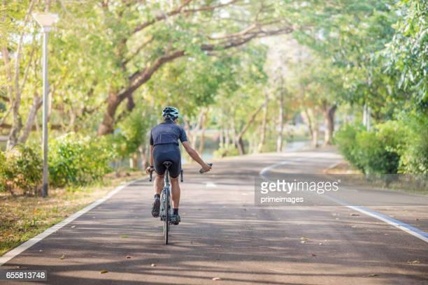 Junger Mann, Radsportler, Mountain-Bike unterwegs am Morgen