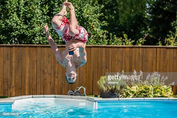 Giovane uomo immersione