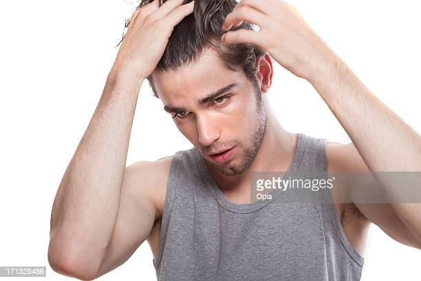 Giovane uomo facendo i suoi capelli