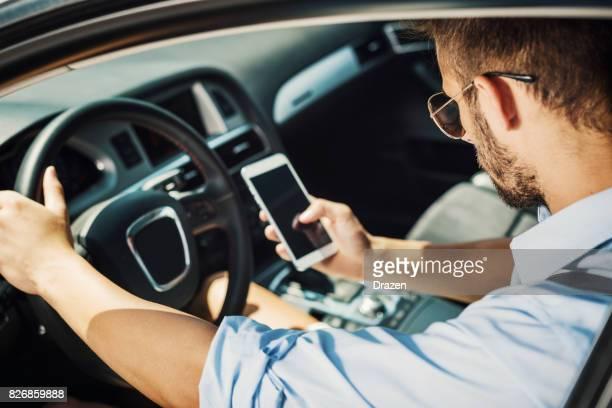 Jeune homme au volant de voiture de taxi crowdsourced