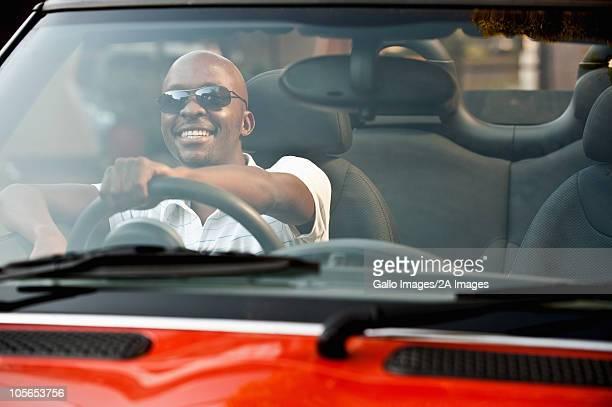 若い男性の多目的車を運転しています。