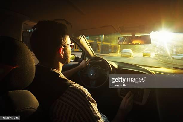 Junger Mann fahren
