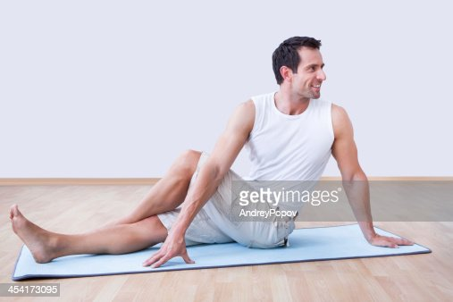 Hombre joven ejercicio en colchoneta de ejercicio : Foto de stock