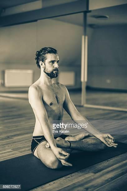 Junger Mann, der Ausübung yoga