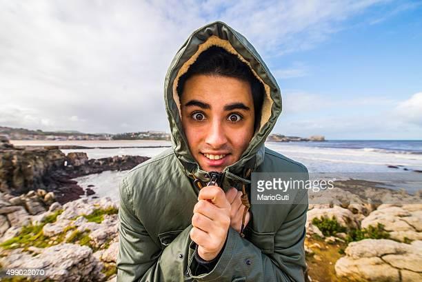 Giovane uomo con una sensazione di freddo sul mare