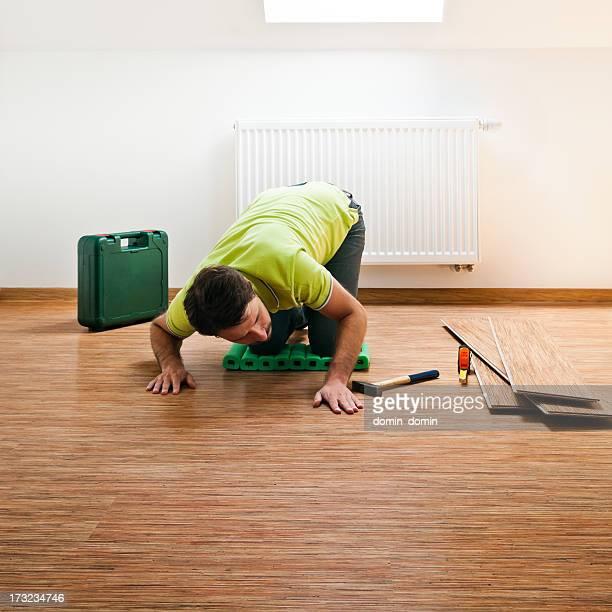 Jeune homme réparer son parquet en bois
