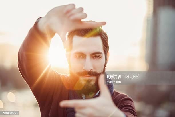 Junger Mann Rahmung mit Händen