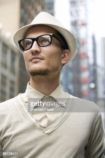 Young Man Gazing to Sky on City Streets : Foto de stock