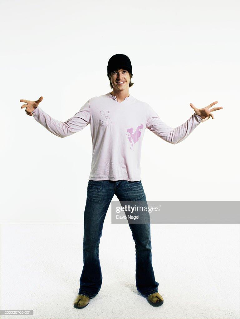 Young man gesturing, smiling, portrait : Foto de stock