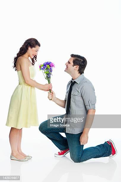 若い男性ギブ女性の花の背景に白色