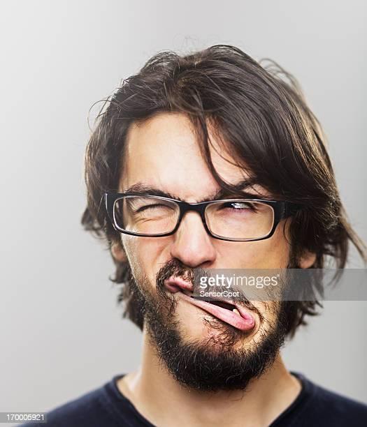 Jeune homme Grimace de crispation