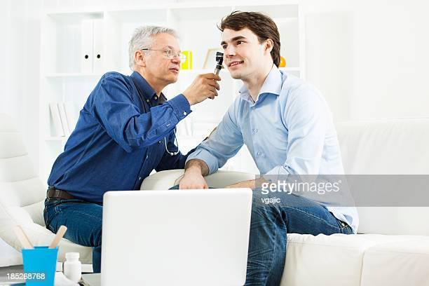Junger Mann mit HNO-Untersuchung