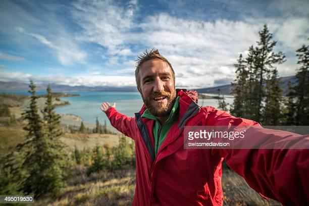 Junger Mann Wandern auf Punkt erreicht, und dauert selfie-Porträt