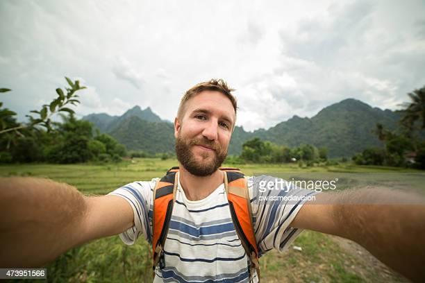 Jeune homme de randonnée estivale est une autophoto