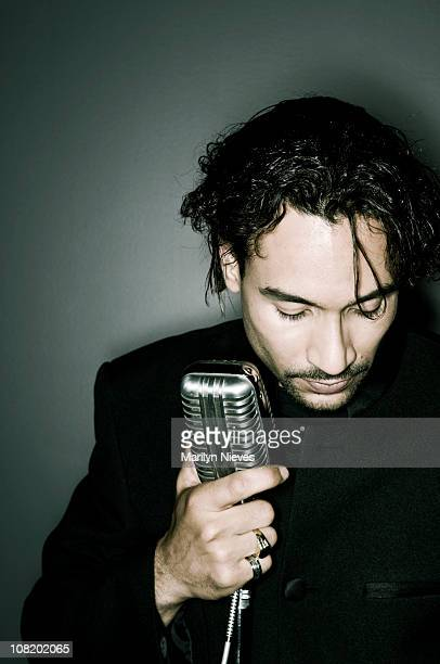 Young man holding micrófono