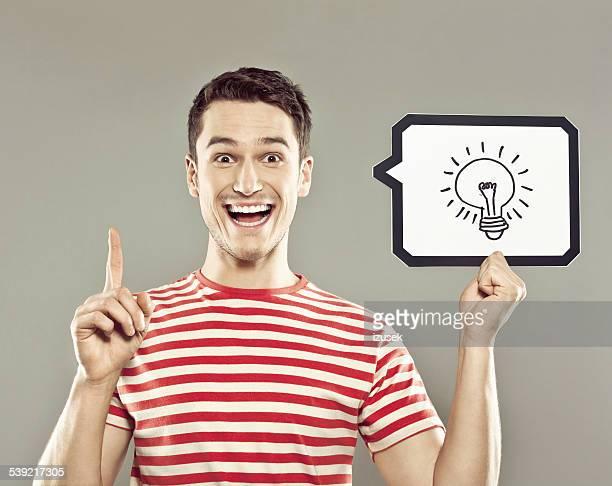 Jovem exploração de fala com lâmpada