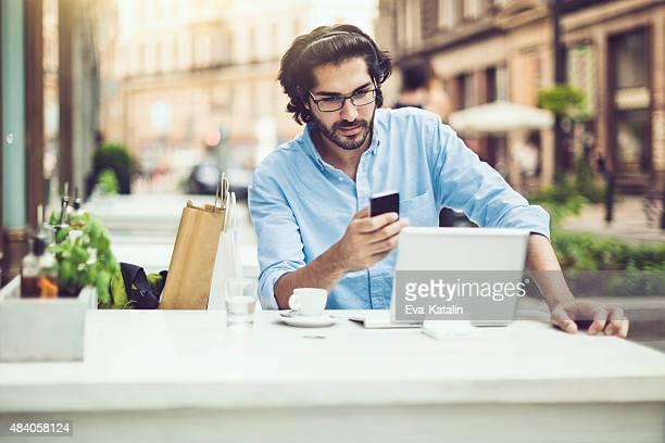 Junger Mann in einem coffee shop
