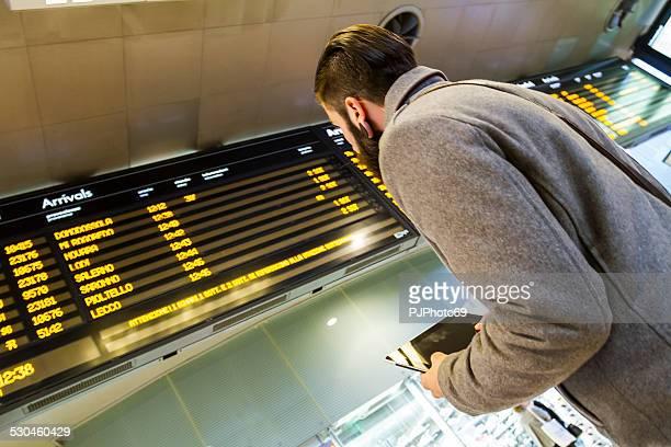 若い男性(スタイリッシュなヒップスター)の駅または空港