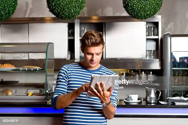 Jeune homme dans le café