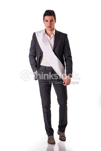 767bfbdd5ca Jeune Homme En Costume Classique Avec Ceinture Blanche Blanc Photo ...