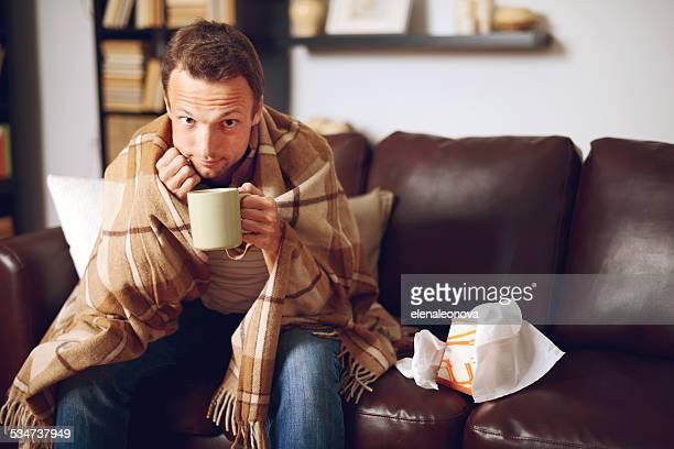 Junger Mann in Wohngebäude-Innenansicht
