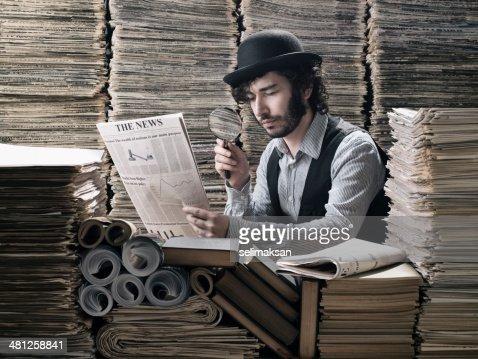 若い男性の伝統的な衣装を行う研究の新聞