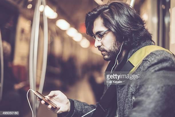 Jeune homme dans la ville
