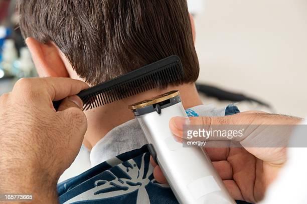 Jeune homme dans le salon de coiffure