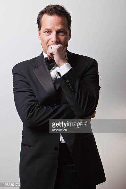 Junger Mann in Smoking mit black tie
