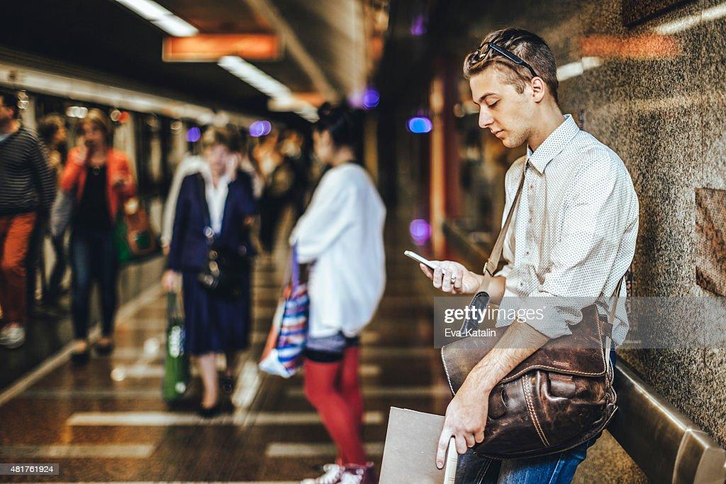 Junger Mann in der U-Bahn ist messaging : Stock-Foto