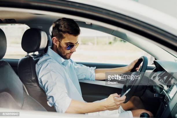 Jeune homme est fiable chauffeur de taxi crowdsourced