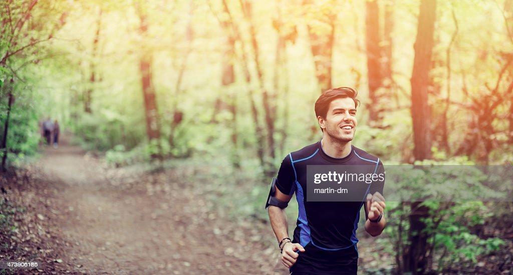 Giovane uomo jogging nel parco : Foto stock