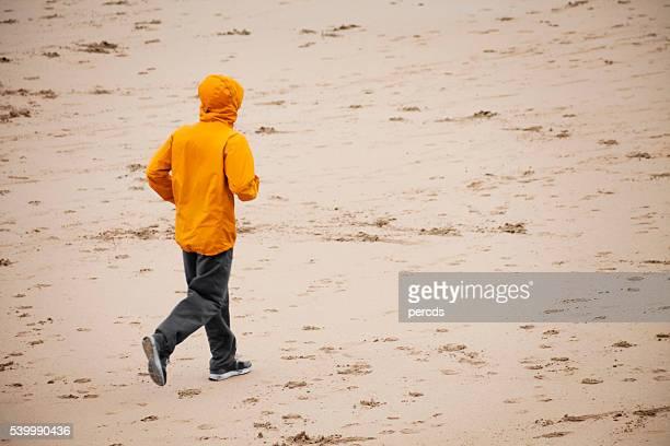 Junger Mann Joggen auf die San-Lorenzo-Strandes und Gijón.