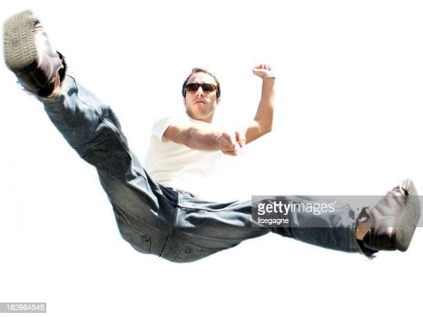 Junger Mann springen und zeigt auf die Kamera