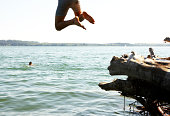 Junger Mann, springen in See