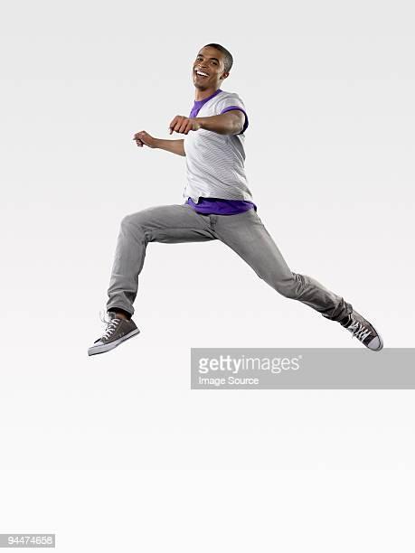 ジャンプ若い男性