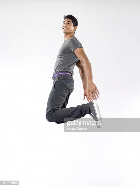 Jeune homme sauter