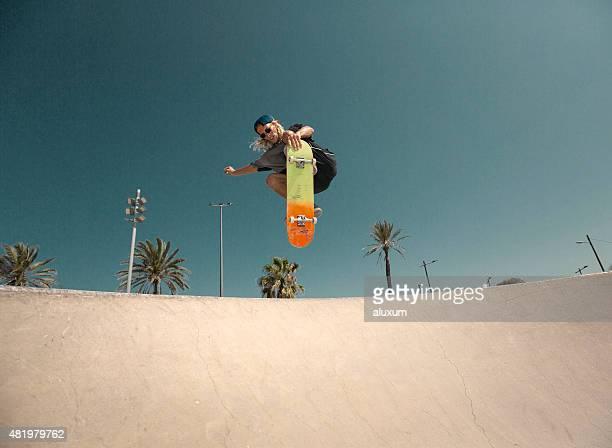 Jovem Salto com Skate