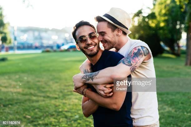 Ung man kysser sin pojkvän för farväl