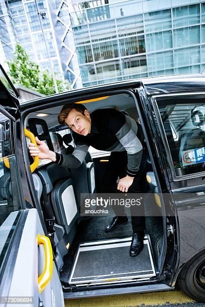 Jeune homme laissant London cab arrivé à Canary Wharf